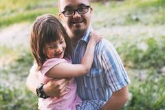 Imagem da menina e do homem com Síndrome de Down Foto de Stock