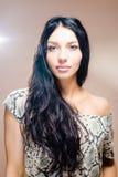 A imagem da mulher bonita moreno com os bordos lindos dos olhos azuis longos do cabelo preto plump um ombro descoberto que sorri d Fotografia de Stock