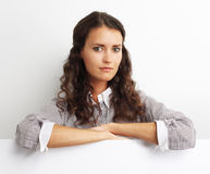 Imagem da mulher de negócio que sorri com placa branca vazia Fotografia de Stock Royalty Free