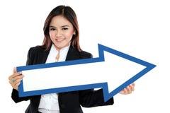 Imagem da mulher de negócios de sorriso com sinal da seta do sentido imagens de stock royalty free