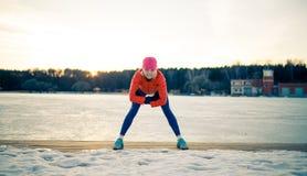 Imagem da mulher dos esportes no exercício da manhã no inverno imagens de stock