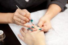 Imagem da mulher no procedimento do tratamento de mãos Fotos de Stock Royalty Free