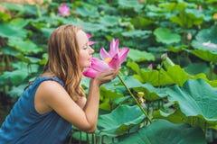 Imagem da mulher ruivo bonita com flor de lótus à disposição Foto de Stock