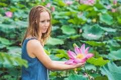 Imagem da mulher ruivo bonita com flor de lótus à disposição Imagens de Stock Royalty Free