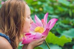 Imagem da mulher ruivo bonita com flor de lótus à disposição Fotos de Stock