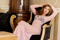 Imagem da mulher 'sexy' nova bonita que relaxa sobre Fotos de Stock Royalty Free