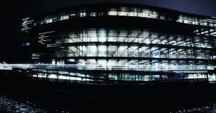 Imagem da noite de uma construção iluminada em uma cidade foto de stock royalty free