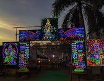 Imagem da noite do ight colorido decorado do diodo emissor de luz pandal fotos de stock royalty free