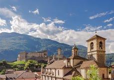 Imagem da paisagem de Castelgrande sobre a cidade de Bellinzona foto de stock