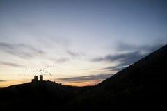 Imagem da paisagem de ruínas bonitas do castelo do conto de fadas durante o beaut Fotos de Stock