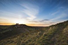 Imagem da paisagem de ruínas bonitas do castelo do conto de fadas durante o beaut Fotografia de Stock