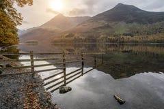 Imagem da paisagem de Stuning Autumn Fall do lago Buttermere no lago D imagens de stock