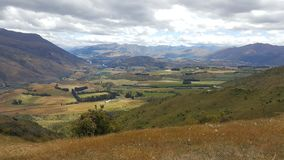 Imagem da paisagem do campo e da montanha lisos de grama fotografia de stock royalty free