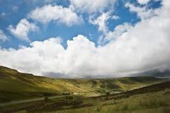 Imagem da paisagem do campo transversalmente às montanhas Fotografia de Stock