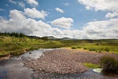 Imagem da paisagem do campo transversalmente às montanhas Imagens de Stock Royalty Free