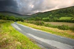 Imagem da paisagem do campo transversalmente às montanhas Imagem de Stock
