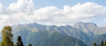 Imagem da paisagem montanhosa bonita contra o céu azul Fotos de Stock Royalty Free