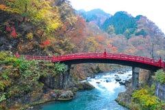 Imagem da paisagem da ponte de Shinkyo com folhas coloridas imagem de stock