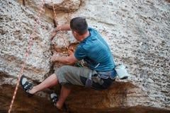 Imagem da parte traseira do montanhista de rocha imagem de stock