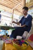A imagem da pintura do artesão no papel tradicional do lanna de Tailândia Fotografia de Stock Royalty Free