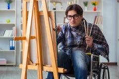 A imagem da pintura do artista dos enfermos no estúdio fotografia de stock royalty free