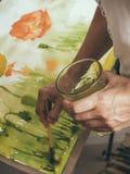 Imagem da pintura do artista na lona com watercolours Foto de Stock Royalty Free