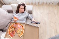 Imagem da pizza comer da mulher tomada de cima de imagem de stock