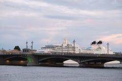 imagem da ponte do rio de Neva em St Petersburg Foto de Stock