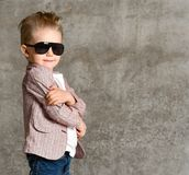 Imagem da posição entusiasmado alegre da criança do rapaz pequeno isolada sobre o muro de cimento fotos de stock