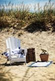 Imagem da praia com uma cadeira na luz solar fotografia de stock royalty free