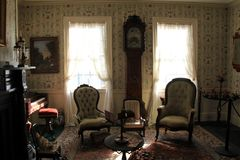 Imagem da sala de estar com mobília e pintura típicas dos anos passados, museu de Banke da morango, New Hampshire, 2017 Foto de Stock