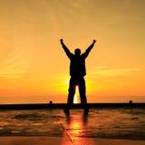 Imagem da silhueta do homem feliz que mostra a ação do vencedor Imagens de Stock