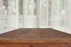 imagem da tabela de madeira em cortinas brancas dianteiras Foto de Stock