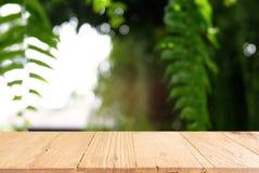 A imagem da tabela de madeira escura na frente do sumário borrou o backgrou Fotos de Stock