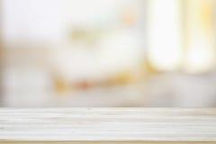 a imagem da tabela de madeira na frente do sumário borrou o fundo claro da janela Fotos de Stock Royalty Free