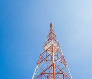 imagem da torre do Tele-rádio com o céu azul para o uso do fundo Fotografia de Stock