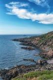 Imagem da vista geral do mar com o barco na água e na casa Imagens de Stock Royalty Free