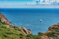 Imagem da vista geral do mar com o barco na água e na casa Fotografia de Stock Royalty Free