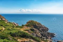 Imagem da vista geral do mar com o barco na água e na casa Foto de Stock Royalty Free