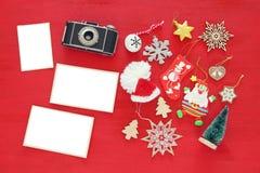 Imagem da vista superior de decorações festivas do Natal ao lado da câmera velha e dos quadros vazios da foto Para a montagem da  Imagens de Stock