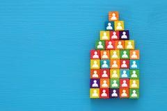 imagem da vista superior de uma pirâmide dos blocos de madeira com ícones dos povos, recursos humanos e conceito da gestão Foto de Stock