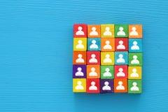 imagem da vista superior do blocos de madeira com ícones dos povos, recursos humanos e conceito da gestão Imagem de Stock