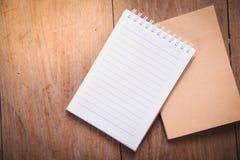 imagem da vista superior do caderno aberto com as páginas vazias na tabela de madeira fotos de stock royalty free