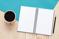 A imagem da vista superior do caderno aberto com páginas vazias e copo de café no fundo de madeira, apronta-se adicionando ou zom Foto de Stock