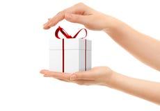 Imagem das mãos da mulher que guardam uma caixa de presente Fotos de Stock Royalty Free