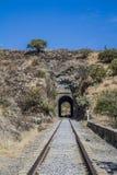 Imagem das trilhas do trem com um túnel fotos de stock royalty free