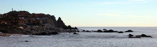 A imagem de alta qualidade panorâmico do oceano rochoso luxuoso do penhasco de Los Cabos México custou com hotel de luxo e restau fotografia de stock royalty free