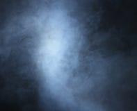 Imagem de Backgroung de um fumo e de uma luz azuis profundos fotos de stock