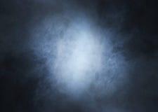 Imagem de Backgroung de um fumo e de uma luz azuis profundos imagens de stock royalty free
