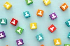 imagem de blocos coloridos com ícones dos povos sobre a tabela de madeira, recursos humanos e conceito da gestão Fotos de Stock Royalty Free